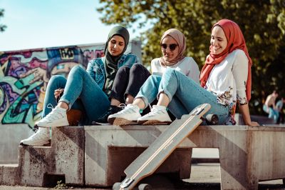 Junge Musliminnen, die Mode, Spaß und Religion miteinander verbinden wollen.