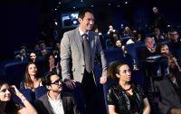 Jude Law inmitten seiner Gäste