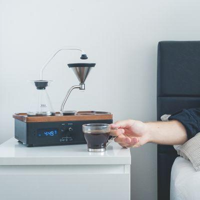 Nicht nur durch den Duft von frisch gebrühtem Kaffee geweckt werden, sondern ihn auch direkt am Bett - ohne aufstehen - genießen.