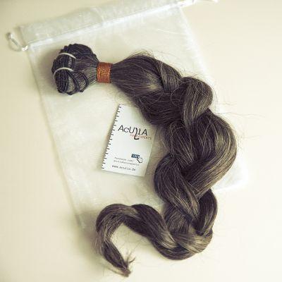 Extensions als Echthaar-Tresse: Gut zum schonenden Einarbeiten mit der Hairweaving-Methode (Quelle: Aculia)