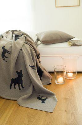 Mit einem treuen Freund auf dem Sofa kuscheln - neue Strickserie DOGS von Lenz & Leif