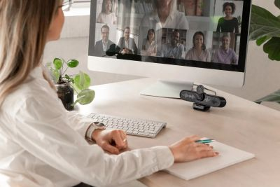 Grosse Weitwinkel, starke Mikros, kurz: ePTZ Webcams sind hervorragend für Video Anrufe geeignet
