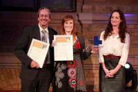 Henriette Bornkamm und Carl A. Fechner, Gewinner in der Kategorie TV, mit ihrer Laudatorin Natalia Wörner