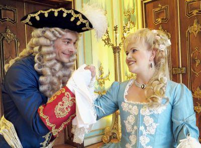 Maximilian Merkel als Hofmarschall Rudolf von Schwatzburg und Annett Jahn als Herzogin Grundelinde bitten zum Tanz