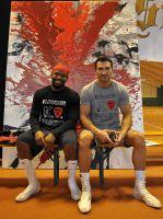 """Boxweltmeister Wladimir Klitschko und Trainer Jonathan Banks im Mai 2013 vor der Feuerstele """"Der Kampf"""" von Cornelius Richter"""
