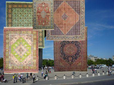 Christo verhüllt April 2020 den Triumphbogen (Arc de Triomphe) in Paris - mit Plane, oder nutzt Cristo Teppiche?