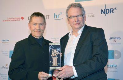 Heinz Dieter Sommer (re), der Hörfunk-Direktor des HR und der Schauspieler Udo Schenk (li) mit dem HörKules
