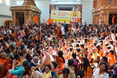 Die Guinness World Records Urkunde wird an Dr. Sri Ganapathy Sachchidananda Swamiji und alle 582 Teilnehmer überreicht