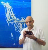Feuerwerk voller Poesie und Ästhetik: der Saarlouiser Foto-Künstler Gerd Marx vor einem seiner Werke