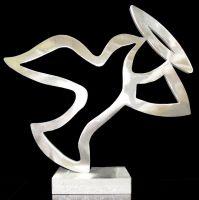 Die Taube des Glücks. Die limitierte und handsignierte Skulptur ist ein tolles Hochzeitsgeschenk von bleibendem Wert.