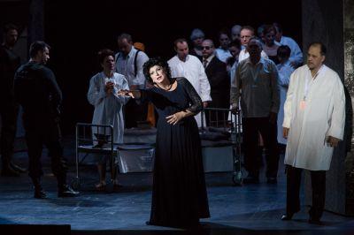 Ildikó Komlósi, Magierin des perfekten Verdi-Zaubers bei der Budapester TROVATORE-Premiere (Attila Nagy)