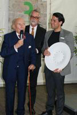 Als äußeres Zeichen erhielt Preisträger Henze wertvolle Schale aus MEISSEN, Europas erstem Porzellan.