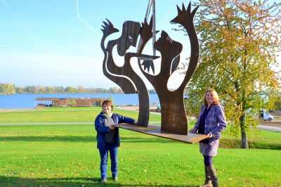 Marti Faber (l.) und Judith Dohmen-Mick positionieren eine der Skulpturen im Seepark.