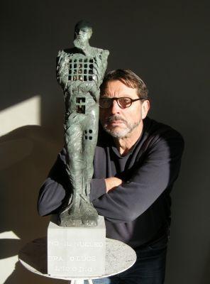 Alfredo Sasso mit Bronzeskulptur