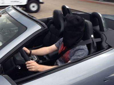 Magier Cody Stone bei seinen Proben zur Autoblindfahrt im Jaguar