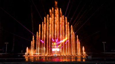 Teilinstallation von Lasershows und Wasserspiele vor der Black Sea Arena, Shekvetili, Georgien