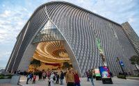 Die Fassade des Xiqu Centre erinnert an Theatervorhänge. Foto: Xiqu Centre