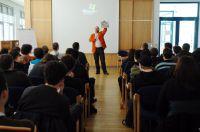 Gmeiner vor einer Klasse interessierter Studenten, die die Geheimnisse des Eigenmarketings erahren wollen