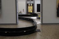 100 m Leitplanken wurden von von Kurt Fleckenstein im Kunstmuseum Solothurn installiert