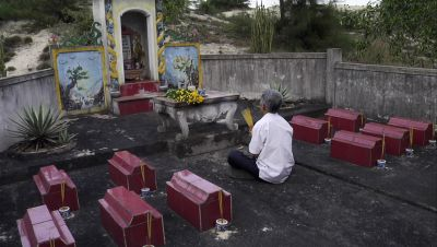 Familiengrab Familie Đỗ Đức Địu, Vietnam Provinz Quang Binh, still LIGHTER THAN ORANGE, Photo Armin Dierolf