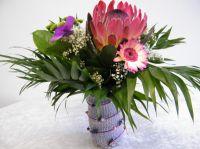 Blumen in Gefäß mit Drahtmantel aus der Strickmühle
