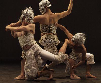 "(Foto: Weerana Talodsuk) Pichet Klunchun Dance Company mit ""Schwarz-Weiß"""