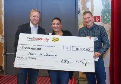 Holger Lueck von TwoTickets.de und Dr. Mark-Uwe Biehling von Die Draussenwerber bei der Gewinnübergabe an Stars in Concert