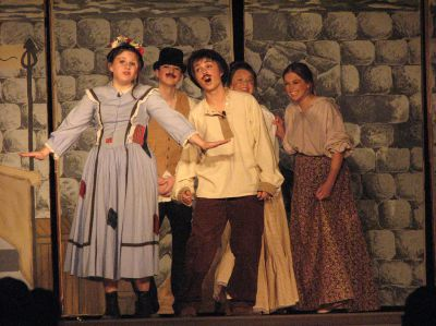 """High School-Produktion des Musicals My Fair Lady, Szene """"Wouldn't it be loverly?"""""""