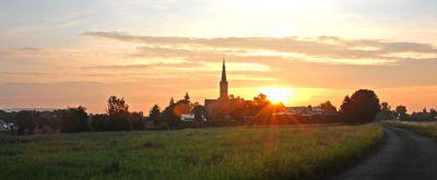 Sonnenaufgang in Wechmar. Von der A4 aus sieht man den Kirchturm, wie ihn vielleicht auch Veit Bach vor 400 Jahren sah.