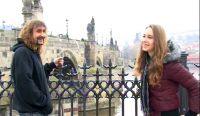 Denny Schönemann und Jana Seidlova während der Drehpause am Set in Prag