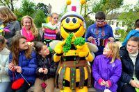 Gemeinsam mit LAGA-Maskottchen Tolbienchen präsentierten die Schüler ihr Strickprojekt für die Landesgartenschau Zülpich.