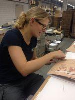 Julia Kremer, Buchbinderin von Druckpartner, näht jedes Notenbuch per Hand