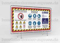 Hinweisschilder auf Baustellen mit Gebotszeichen oder Sicherheitszeichen