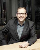 Marcel Schuckel ist Diplom-Architekt und Geschäftsführer von Dr. Holzinger. Das Familienunternehmen setzt Marken in Szene.