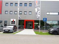 Eingang mit Portal - Fahnen und Werbetafel
