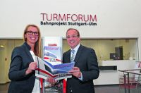 Agenturchefin Fiona Beenker und David Bösinger, Leiter Turmforums, zeigen die neue Broschüre