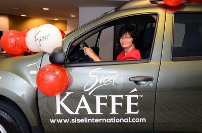 Anna Erdely in ihrem nagelneuen Dacia Duster