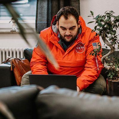 Digital Storytelling ExperteStefan Binder bei der Arbeit.