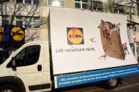 """06.04. Demo vor der LIDL Filiale in Münster - Plakatwagen vom Dt. Tierschutzbüro kommt: """"LIDL verschont nicht"""""""