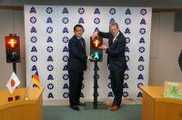 Auf eine erfolgreiche Zusammenarbeit - Bezirksstadtrat Ephraim Gothe (Berlin-Mitte) und Herr Narisawa (Bürgermeister von Bunkyō/To