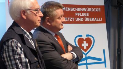 Bundesgesundheitsminister Hermann Gröhe (r.) war einer Einladung von Werner Schell, Pro Pflege – Selbsthilfenetzwerk, gefolgt.