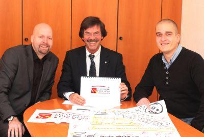 DIe drei habens ausgedacht (von rechts): Stadtbrandinspektor Schöps, Bürgermeister Schäfer, FeuerwehrAgentur-Chef Lutz