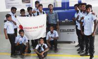 Trainer und Schüler im Don Bosco Campus Chennai mitder gespendeten Felder G500 Kantenanleimmaschine