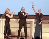 Preisträgerin Sabine Aurélia mit Gedeon Burkhard, Ute Möbus und Cherno Jobatey bei Ihrer emotionalen Dankesrede
