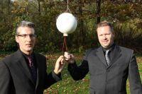 S.Belfiglio & S.Gravschitz mit der Asche-Kapsel, angehängt an einem Wetterballon