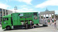 """Umgebauter Tiertransporter der Kampagne """"TRUCK YOU"""" des Deutschen Tierschutzbüros nach der Enthüllung vor dem Brandenburger Tor"""
