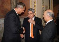Lambert Liesenberg im Gespräch mit Óscar Arias Sánchez (Mitte). Daneben der Ex-Aussenminister Carlos Rivera Bianchini (rechts).