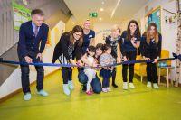 """Für die offizielle Eröffnung durchschnitten Vertreter der Stadt München und der Sodexo Kinderkrippe """"Kids Attitude"""" ganz offiziell"""
