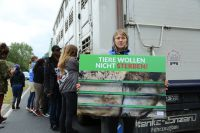 Aktivisten vor Tiertransporter in Perleberg