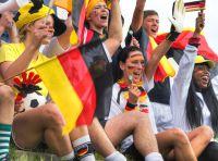 Gemeinsam den Fußball feiern, macht mehr Spaß. Wer aber in der Nachtruhezeit zu laut feiert, dem kann Ärger drohen.